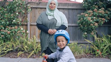 Lee GRANT, Manal Tahir (Saudi Arabia) and her 3-year old son Fouad, Chadstone, Melbourne  2019, courtesy of the artist.