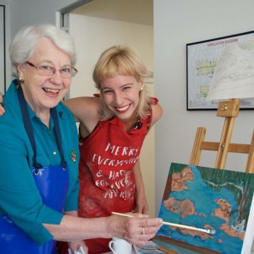 Artist Annette Innis from HammondCare's 'Arts on Prescription' program with workshop participant Helen.