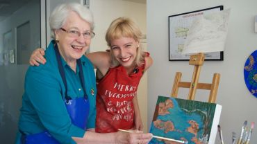 Artist Annette Innis from HammondCare's 'Arts on Prescription' program with workshop participant Helen.
