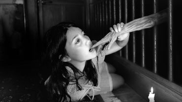 Miwa Yanagi, Gretel 2004, gelatin silver print. Collection of the Hara Museum of Contemporary Art Courtesy of the artist and Yoshiko Isshiki Office, Tokyo.